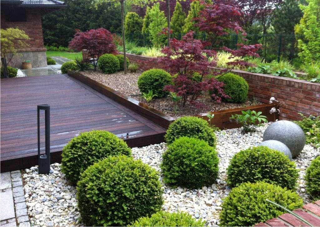 ogród wokół werandy